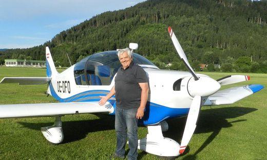 Walter Moser vor seinem Flugzeug