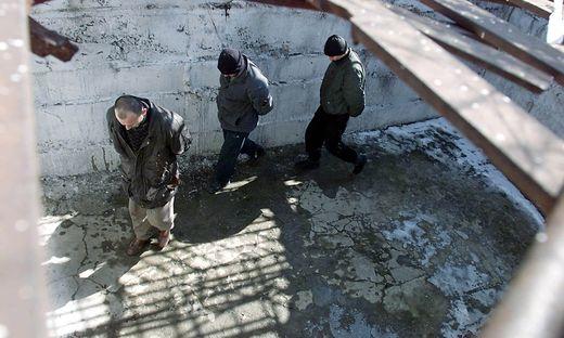 Archivbild: Gefangene im Hof des Lagers in Chernokozovo im February 2000