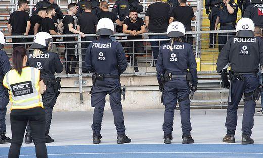 80 Beteiligte Massenschlägerei Zwischen Fans In Linz Vor Lask