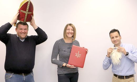 Thomas Fritz, Claudia Gangl und Hannes Rabitsch (von links) bereiten sich auf den virtuellen Nikolausbesuch vor