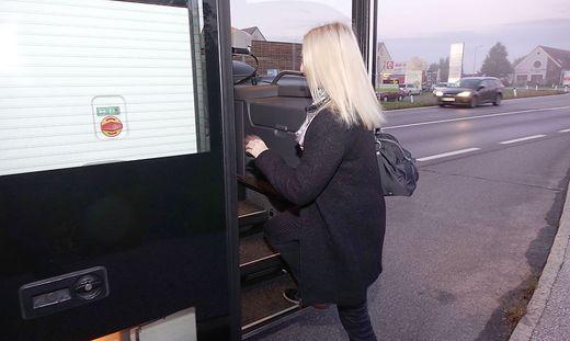 Pendlerin beim Einstieg in den Bus