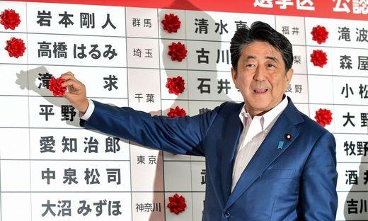 Shinzo Abe: Strebt Verfassungsänderung an, die Japan eine eigene Armee zugesteht