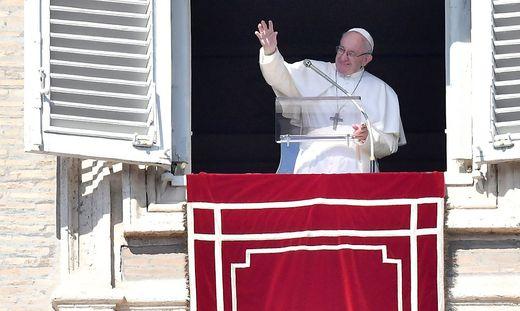 Papst beim Angelus-Gebet auf dem Petersplatz