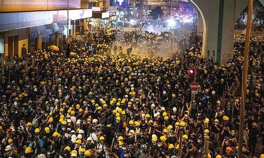Neue Ausschreitungen in Hongkong: Polizei setzt Tränengas ein
