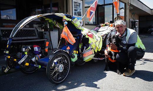 """Martin Hutchinson mit Hund """"Starsky"""" und seinem Sitzfahrrad"""