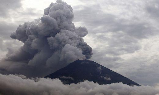 Seit Monaten hält der Agung mit seiner erhöhten Aktivität die Menschen auf Bali mit kleineren und mittleren Eruptionen in Atem