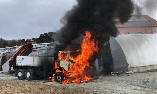 ++ HANDOUT ++ BURGENLAND: LASTWAGEN STAND IM BEZIRK OBERWART IN FLAMMEN