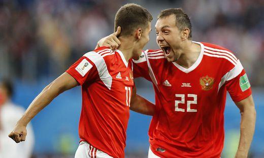 Roman Zobnin und Artyom Dzyuba (von links) jubeln über den nächsten WM-Sieg