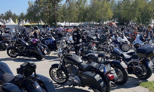 Am Parkplatz von Camping Arneitz stehen tausende Motorräder. Ihre Besitzer grasen die Marktstände ab