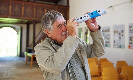 """Franz Krammer mit seinem """"View-Finder"""", mit dem man Details der Altäre gesondert betrachten kann"""