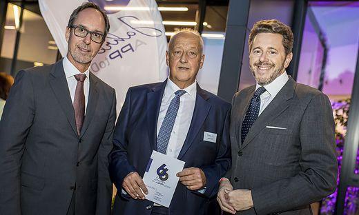 Mahrer mit feierndem APP-Doyen Günther Pöschl und Kärntens IV-Präsidenten Timo Springer