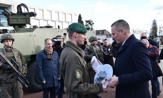 Symbolische Schlüsselübergabe durch Minister Mario Kunasek an Bataillonskommandant Georg Pilz