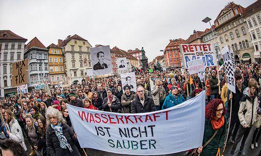 Rund 1200 Gegner des Murkraftwerks Graz demonstrierten am Freitag auf dem Grazer Hauptplatz gegen das Projekt