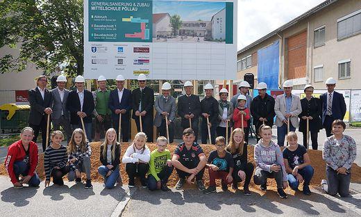 Vertreter der beteiligten Firmen, der Schulen sowie von den Gemeinden Pöllau und Pöllauberg mit Schülern der 2a-Klasse beim Spatenstich
