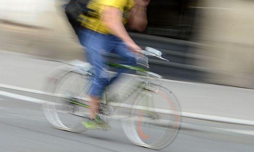 Der Radfahrer wurde bei der Kollision mit der Lok schwer verletzt