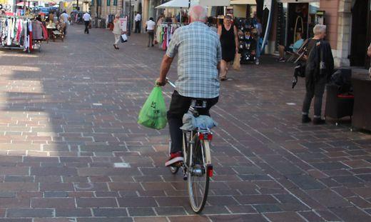 Noch ist das Radln in der Fußgängerzone erlaubt. Doch ein Verbot wird überlegt