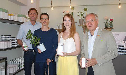 Christian Ortauf, Karl Wolfgang Puchleitner, Kathrin Genser und Bürgermeister Josef Ober stehen im neuen Hanf-Shop