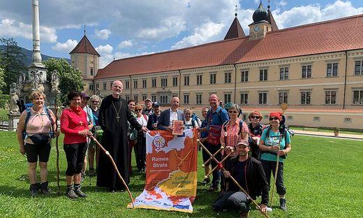Die Pilgergruppe mit Abt Johannes Fragner und Bürgermeister Martin Rath (M.)