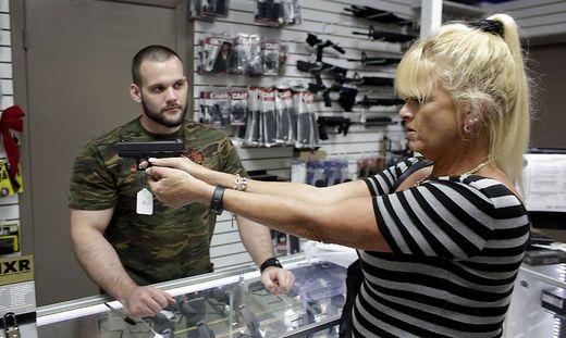 US-Kundin beim Kauf einer Glock 42