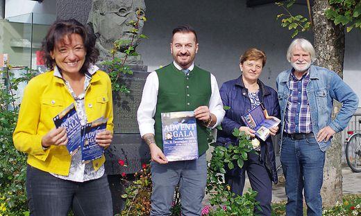 Irene Pfleger, Franz Preitler, Regina Schrittwieser und Jakob Hiller vor dem Rosegger-Denkmal