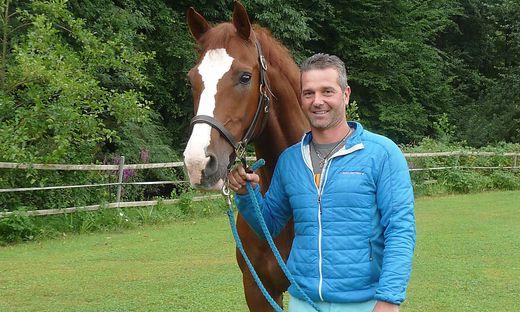 """Alfred Greimel mit seinem  """"Astronaut Arni"""", einem Pferd zwischen Genie und Wahnsinn, wie er sagt"""