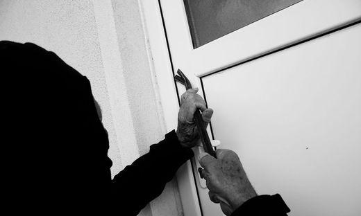 Als die Frau ins Haus zurückkam, dürfte sie den unbekannten Täter gestört haben.