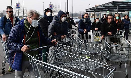 Szenen vor einem Supermarkt in Casalpusterlengo in der Provinz Lodi in der Lombardei.