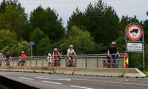 Mehr als 100 Radfahrinnen und Radfahrer fahren an starken Tagen pro Stunde über die Gailbrücke in Müllnern. Das ist nicht nur verboten, sondern birgt auch immer wieder Gefahr