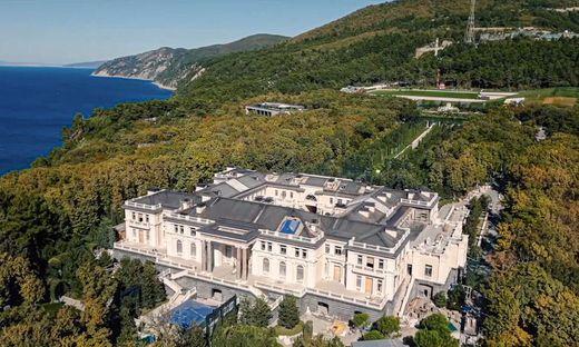 So lebt Putin jüngsten Enthüllungen zufolge am Schwarzen Meer im Luxus. Das von einer Drohne aus aufgenommene Foto stammt von Nawalnys Youtube-Kanal