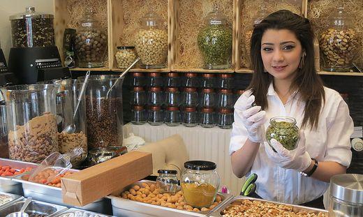 """Sara Saria in ihrem Geschäft """"Gewürze der Welt"""" am Lendplatz 9"""