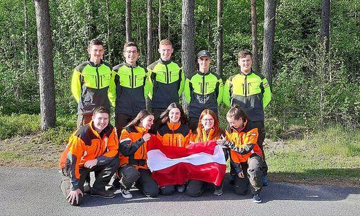 Die beiden strahlenden Siegerteams der Brucker Forstschule