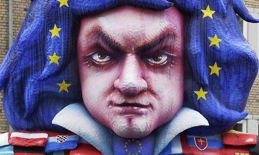 Beethoven-Figur, mit Kleidung aus Flaggen der EU-Laender, Beethovenjahr, Mottowagen, Rosenmontagszug 2020, Duesseldorf, No
