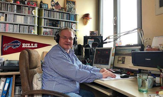 Muhr in seinem Sendestudio in Feldkirchen