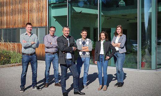 Karl Putz mit seinen Mitarbeitern vor dem Umweltkompetenzzentrum in Schäffern