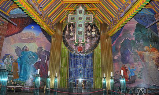Die Kirche wurde im Stil des Phantastischen Realismus neugestaltet