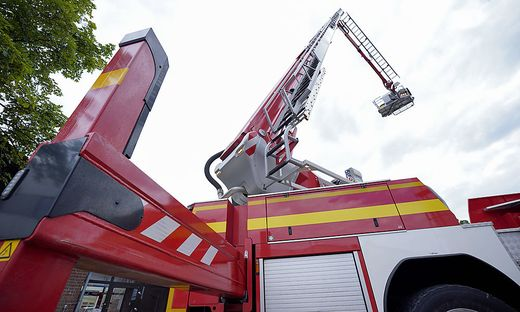 Symbolbild Feuerwehrrettung mit Kran Symbolfoto Feuerwehrauto mit Kran und Kanzel und der Rettung der Feuerwehr ueber Re