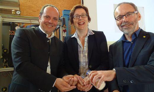 Bürgermeister Christoph Stark, Klimabündnis-Geschäftsführerin Theresia Vogel, Werner Weiss, AEE Intec