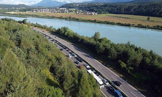 Über die Karawankenautobahn wälzt sich die Autolawine in den Süden