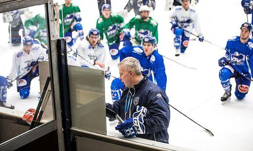 Rob Daum leitet seine erste Trainingseinheit VSV Eishalle Villach
