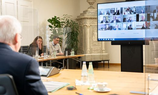 LH Schützenhöfer bei Videokonferenz