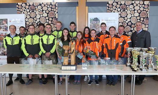 Das Team der Brucker Forstschule mit der beachtlichen Trophäensammlung