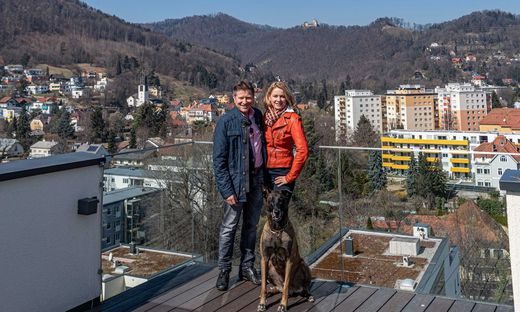 Das Paar auf der Dachterrasse des Wohnparks. Von hier aus hat man auch die Burg Gösting im Blick