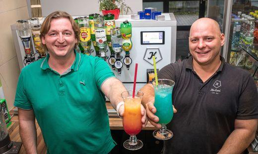 Erfinder Christian Hartl (links) und Peter Juchart sind von den Roboter-Cocktails begeistertVillach FH Villach