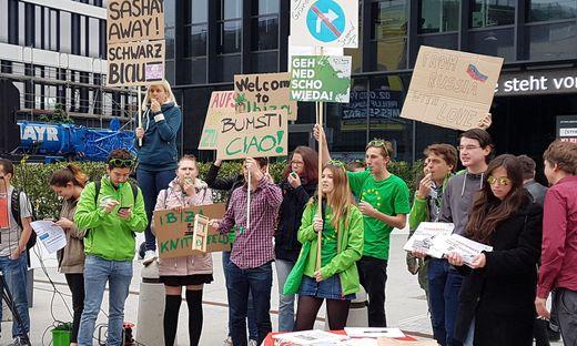 Demonstranten gegenüber der Stadthalle