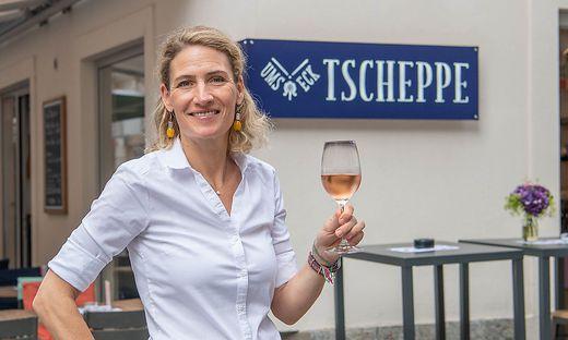 Katharina Tengler-Tscheppe vor ihrem neuen Lokal in der Grazer Innenstadt