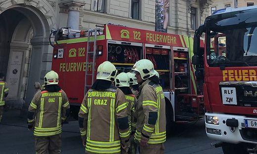 Einsatzkräfte vor dem Grazer Rathaus