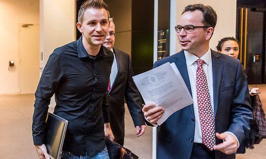 Der Aktivist Max Schrems mit seinem Anwalt nach dem ersten Urteil gegen Facebook