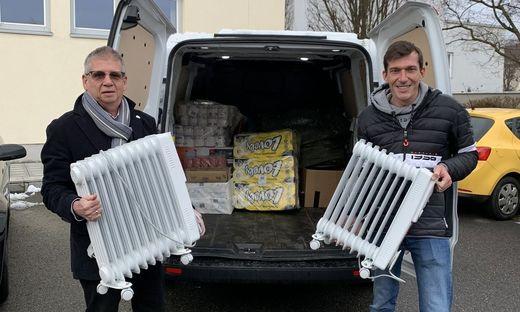 Bürgermeister Peter Stradner (r.) und Vizebürgermeister Ferdinand Weber mit den Heizgeräten