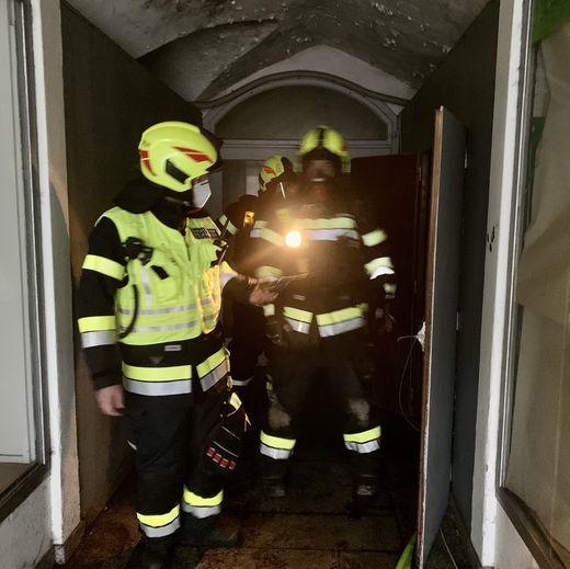 Die Männer der FF Bruck kämpften sich in den dunklen Keller vor