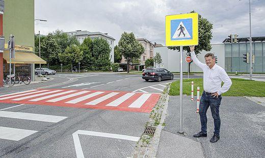 Stadtrat Christian Scheider vor dem betroffenen Zebrastreifen
